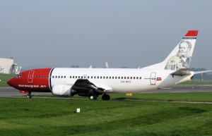 Norwegian_air_shuttle_b737-300_ln-kko_arp
