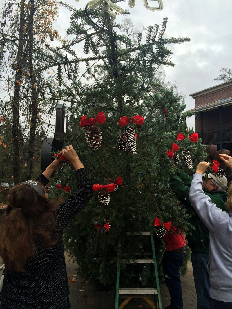 Christmas Tree Going Up In Robinson Plaza In Nevada City Jeff Pelline S Sierra Foothills Report